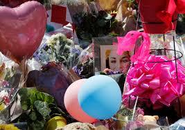 بالصور بالونات و ورود لتأبين ضحايا مانشستر بساحة سانت آن