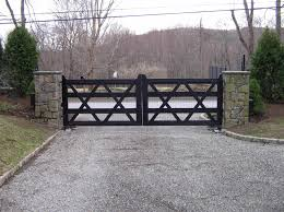A Transitional Or Updated Farmhouse Wooden Driveway Gate Welded Wire Mesh Is Installed To Prevent Wildli Entrance Gates Design Fence Gate Design Driveway Gate