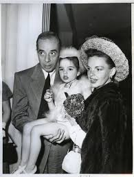 judy garland and daughter Liza age 7 and husband Vincente Minnelli | Judy  garland, Portraits de famille, Actrice