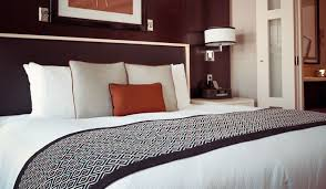 do hotels use white bed sheets