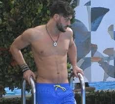 GF Vip: Andrea Montovoli si infila le mani nel costume e lo ...
