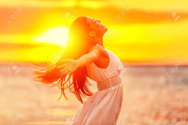 Mulher Feliz Que Sente Livre Com Os Braços Abertos Na Luz Do Sol ...