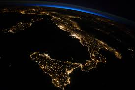 L'Italia vista dallo spazio: lo stivale illuminato di notte è uno ...
