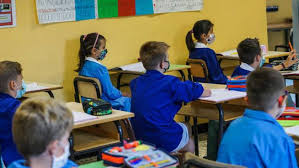 Mascherine a oltranza, scuola in subbuglio. Petizione per chiedere la  revoca dell'obbligo - Cronaca
