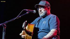 Singer Aaron Lewis cuts show short, says he doesn't speak Spanish ...