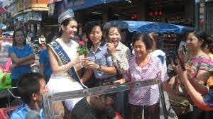 น้องจุ๊บจิ๊บ' นางสาวไทยกลับบ้าน ชาวพะเยาแห่รับ เผยเป็นคนดอกคำใต้