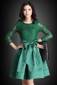 Kebaya dress brokat untuk wanita muslimah ini bisa digunakan pada acara resmi, bahkan ketika lebaran pun cocok menggunakan busana model ini. Contoh Model Gaun Pesta Brokat Kombinasi Satin Dress Brokat Dress Brokat Modern Model Dress