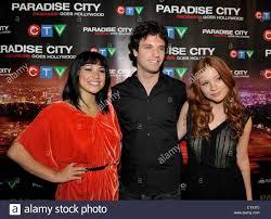 Cassie Steele (L), Jake Epstein, et Stacey Farber (R), en arrivant ...