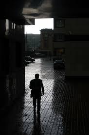 Resultado de imagen de chico caminando de espaldas