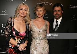 Melissa Richardson, Charlize Theron and Jeffrey Chodorow Photo d'actualité  - Getty Images