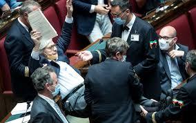 Vittorio Sgarbi espulso dalla Camera e portato via di peso