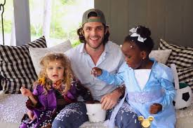 Thomas Rhett Sings 'Do You Want to Build a Snowman?' With Willa Gray and Ada  James - Country Now