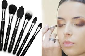 11 diffe kinds of makeup brushes