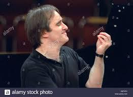 dpa files) - US conductor James Conlon gestures instructions ...