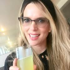 Sarah Mintz - Mmmmm jugo de piña para La Niña 😉🍍... | Facebook