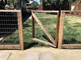 Diy Hog Wire Garden Fence Our Liberty House In 2020 Hog Wire Fence Garden Fence Chicken Wire Fence