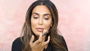huda beauty apply a natural makeup look