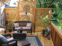 As The Old Saying Goes Good Fences Make Good Neighbors Take A Look At These Ingenious Homemade Privacy Screen Pr Backyard Privacy Outdoor Privacy Backyard