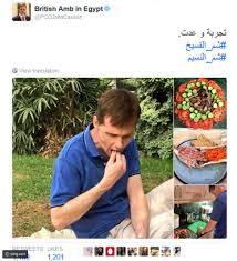 صور سفير بريطانيا في القاهرة يأكل الفسيخ احتفالا بشم النسيم