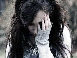 بنات حزينات يبكون