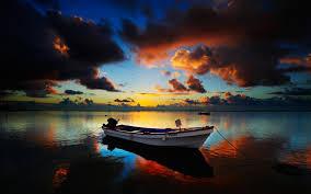 قارب صغير على بحيرة عند شروق الشمس Hdr Hd سطح المكتب خلفية عريضة