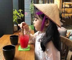 Em bé Hàn Quốc mặc áo dài, đội nón lá ở Đà Nẵng đốn tim fan
