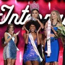 South Florida's Briana Smith, future mortician, wins 2019 Miss Hooters  International Pageant - South Florida Sun Sentinel - South Florida  Sun-Sentinel