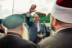 صور مواطنون يحتشدون بمطار القاهرة لاستقبال الرئيس السيسى