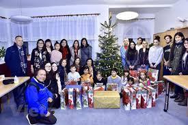 overseas vietnamese present gifts to