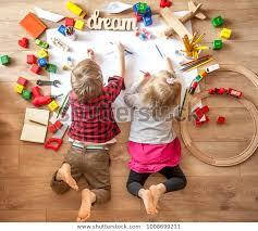 Dzieci rysują na podłodze na papierze. Zdjęcie stockowe (edytuj ...