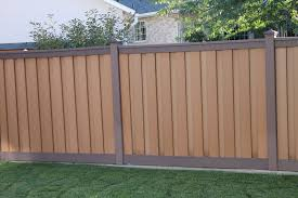 Privacy Fence That Is Two Toned Woodland Brown Posts And Saddle Colored Slats Fence Design Trex Fencing Backyard Fences