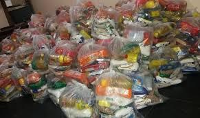 Alunos de baixa renda recebem cestas de alimentos para suprir a ...