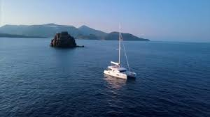 Alle Isole Eolie in catamarano con Spartivento Yachts & Charter ...
