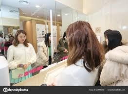 customers try out virtual makeup mirror
