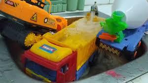 ô tô tải chở máy xúc cẩu cùng xe bồn toàn nước
