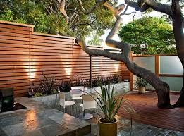 Perfect Front Yard Courtyard Idea With Horizontal Fence Modern Backyard Backyard Fences Backyard