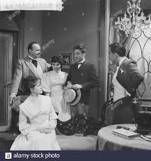 Television title A beautiful Sunday in September. Game moment entire cast.  Sitting Myra Ward, standing flnr. [Guus Verstraete sr.?] , Nelleke  Knegtmans, Jules Royaards, [Bas ten Batenburg?] Date: June 15, 1961  Keywords: