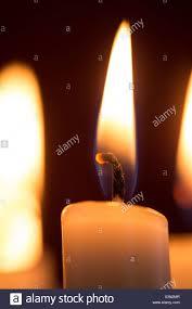 Ravvicinata di una candela accesa Foto & Immagine Stock: 277672999 ...
