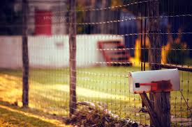 Mailbox By Chain Link Fence At Sunset 11100032986 の写真素材 イラスト素材 アマナイメージズ