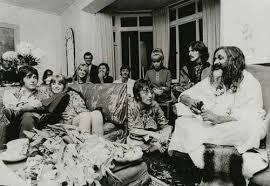 John Lennon Paul Mc Cartney Mia Farrow Prudence Farrow 1968 India | The  beatles, Maharishi mahesh yogi, Portrait