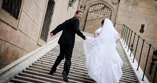 بالفيديو.. عريس يحمل عروسة بطريقة مثيرة أمام أهلها ولم يتحرّج | Gheir
