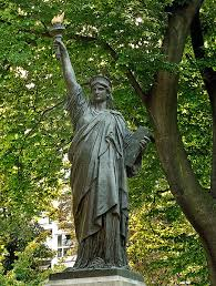 a statue of liberty in the jardin du