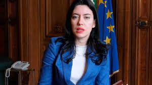 Coronavirus e scuola, Lucia Azzolina annuncia 'attività sospese in ...