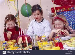 Fiesta De Cumpleanos De Ninos Ninas Comer Tortas Cumpleanos