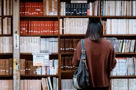 Auxiliar de Biblioteca-imagen de persona en biblioteca