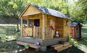 cabane en bois sur une pente