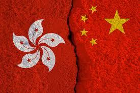 Las banderas de china y hong kong imprimen la pantalla en la pared  agrietada. | Foto Premium