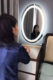 Khối tài sản của người phụ nữ sẽ đẹp hơn nếu có một chiếc gương tròn đèn  led gắn ở bàn trang điểm để làm đẹp cho bản thân. Giao hà… (Có