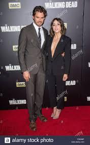 Austin Nichols, Chloe Bennett au hall des arrivées pour The ...
