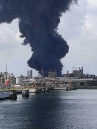 Alta colonna di fumo nero nel cielo: incendio in una ditta di ...